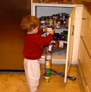 Autism-stacking-cans by Countincr in en.wikipedia  CC BY-SA 3