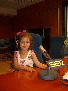 Niña en emisora de radio