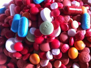 Assorted_Pills_3 By ParentingPatch in wikimedia(CC BY-SA 3.0)